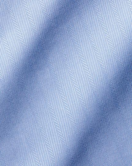Hemd aus ägyptischer Baumwolle mit Semi-Haifischkragen und Fischgrätmuster - Himmelblau